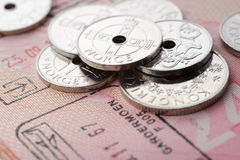 Pièces de monnaie de couronne norvégienne et page de passeport image libre de droits