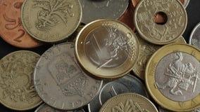Pièces de monnaie de différents pays clips vidéos