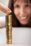 Pièces de monnaie de fixation de main de femmes Images stock