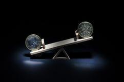 17 03 068 pièces de monnaie de l'euro et de livre sur une oscillation en bois Ricketts Waterfall sur la crique de cuisine est une Images stock