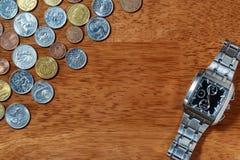 Pièces de monnaie de la montre-bracelet et en métal des hommes Photo stock