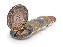 Pièces de monnaie de la RDA (RDA) et de l'Union européenne. Photo libre de droits