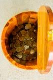 Pièces de monnaie de la Thaïlande de baht dans un seau Images stock