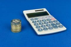 Pièces de monnaie de livre avec la calculatrice Photographie stock libre de droits