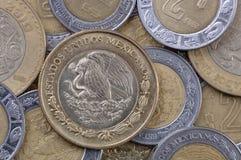 Pièces de monnaie de peso mexicain Photo stock