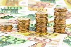 Pièces de monnaie de pile, courbe en hausse photo stock