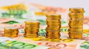 Pièces de monnaie de pile, courbe en hausse Images stock