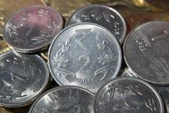 Pièces de monnaie de roupie indienne Photographie stock libre de droits
