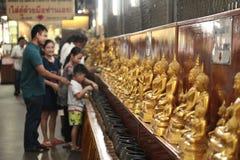 Pièces de monnaie de salaire de famille dans des 109 cuvettes de moine Image libre de droits