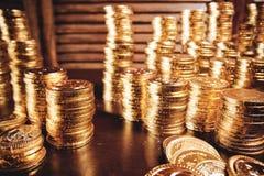Pièces de monnaie de trésor sur la table photos libres de droits