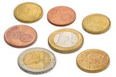 Pièces de monnaie des euros et des eurocents d'isolement sur un fond blanc Photographie stock libre de droits