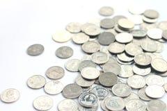 Pièces de monnaie dispersées sur le fond blanc Photos stock