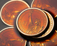 pièces de monnaie du dollar dans le pétrole brut image stock