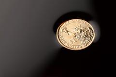 pièces de monnaie du dollar dans le pétrole brut photographie stock