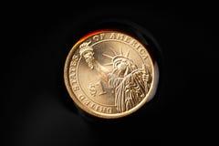 pièces de monnaie du dollar dans le pétrole brut photos stock