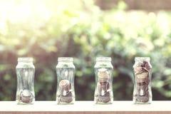 Pièces de monnaie empilées dans l'étape 4 s'élevant sur la table en bois avec la nature de retour photo libre de droits