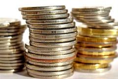 Pièces de monnaie empilées dans les bars Photographie stock
