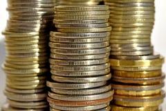 Pièces de monnaie empilées dans les bars Image libre de droits
