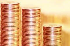 Pièces de monnaie empilées dans les bars Images libres de droits