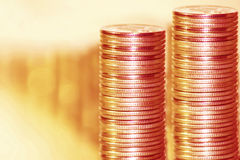 Pièces de monnaie empilées dans les bars Photo stock
