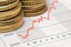 Pièces de monnaie empilées sur le diagramme Photo stock
