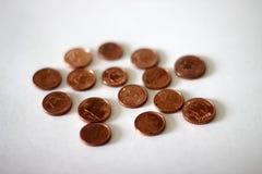 Pièces de monnaie en cuivre sur le fond blanc Images libres de droits