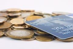 Pièces de monnaie en métal et par la carte de crédit Photo stock