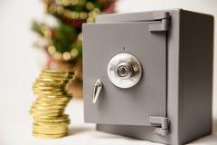 Pièces de monnaie et arbre de Noël sûrs et d'or images libres de droits