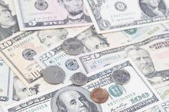 Pièces de monnaie et billets de banque américains images stock