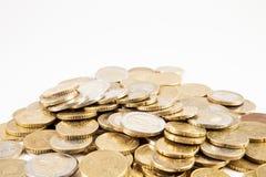 Pièces de monnaie et billets de banque d'euros sur un fond blanc Images stock