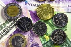 Pièces de monnaie et billets de banque de différents pays Image stock