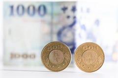 50 pièces de monnaie et billets de banque du dollar de Taïwan Photo libre de droits