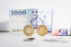 50 pièces de monnaie et billets de banque du dollar de Taïwan Photographie stock