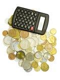 Pièces de monnaie et calculatrice Photos stock