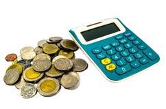 Pièces de monnaie et calculatrice Photos libres de droits