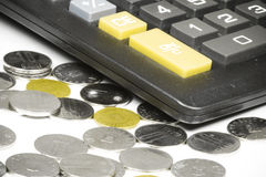 Pièces de monnaie et calculatrice Photographie stock libre de droits