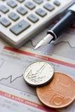 Pièces de monnaie et calculette tchèques photographie stock