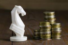 Pièces de monnaie et cheval blanc photographie stock