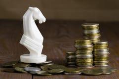 Pièces de monnaie et cheval blanc images libres de droits