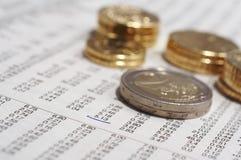 Pièces de monnaie et cotation d'actions photographie stock libre de droits
