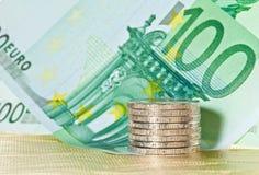 Pièces de monnaie et euro billets de banque Images libres de droits