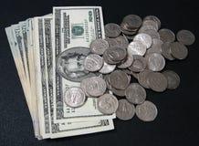 Pièces de monnaie et factures photo stock