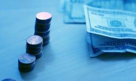 Pièces de monnaie et factures Photo libre de droits