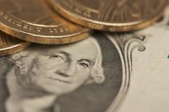 Pièces de monnaie et factures abstraites du dollar d'États-Unis Photographie stock
