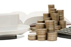 Pièces de monnaie et la calculatrice Photo stock