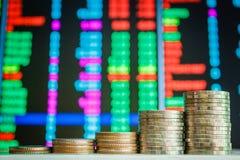 Pièces de monnaie et marché boursier d'argent photos libres de droits