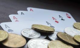 Pièces de monnaie et plan rapproché d'as Photo stock