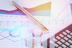 Pièces de monnaie et stylo d'argent sur des écritures des finances et du compte avec le graphique pour des affaires photographie stock