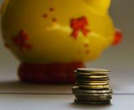 Pièces de monnaie et tirelire Photo libre de droits