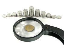 Pièces de monnaie et une loupe Image libre de droits